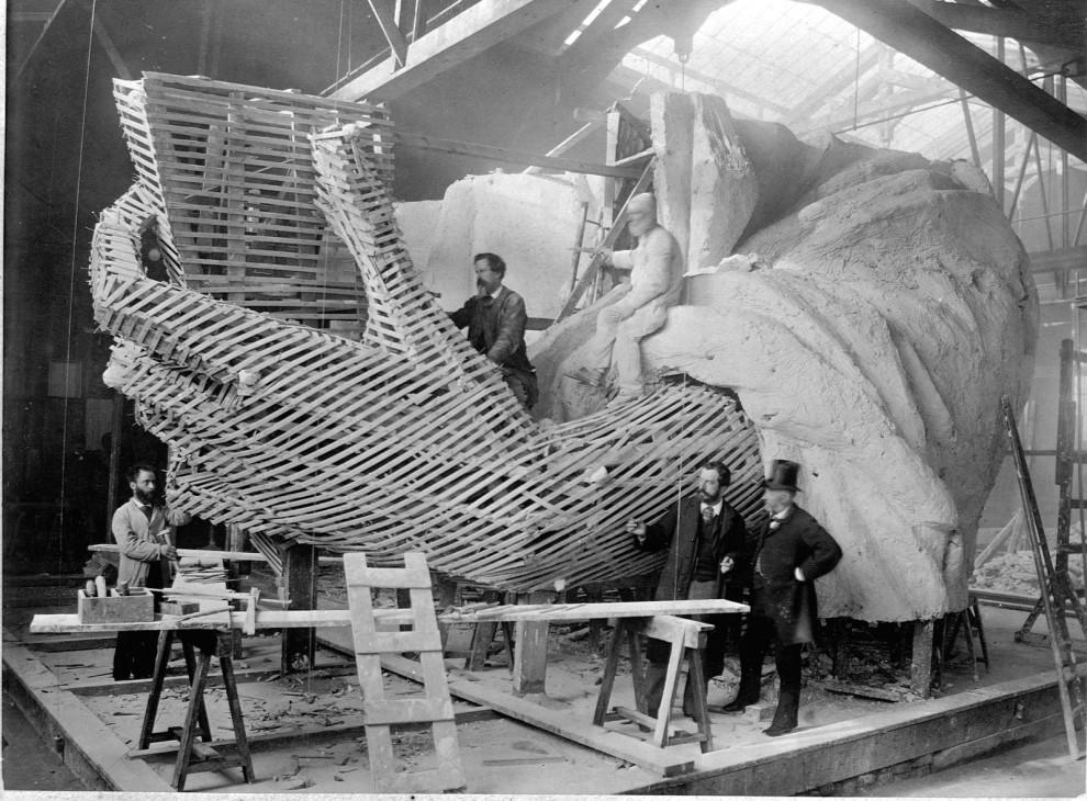 25張有趣到「當時如果看過可能就不會當掉歷史課」的歷史最珍貴照片。#12建造自由女神像左臂好驚奇!