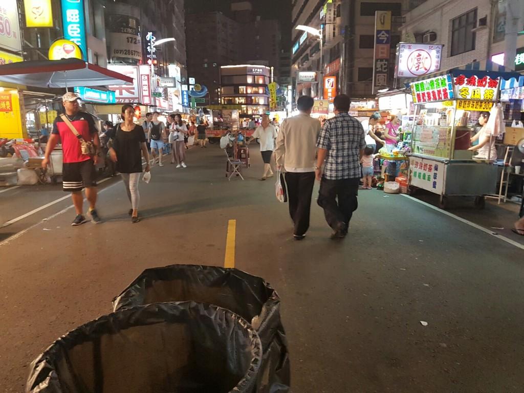 網友PO出兩張照片求解答問說「天氣好好的怎麼夜市沒人?」,網友回答「自找的」!