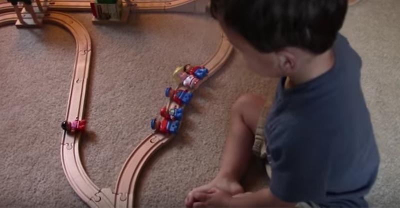 爸爸殘酷的問了小孩道德問題「火車快開過你會救一個人還是救5個人」,爸爸晚上不敢睡覺了...