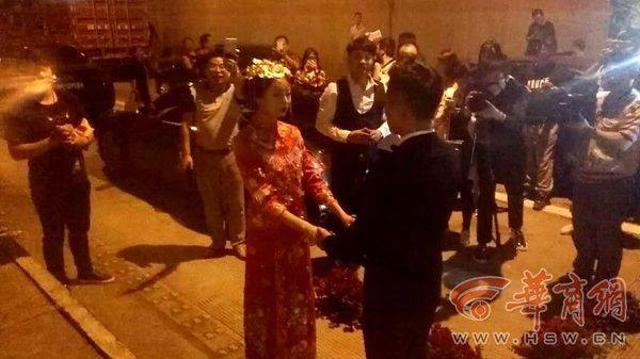 這對新人「結婚當天遇到大塞車」心急婚禮要泡湯了,最後兩人「決定直接下車」在隧道裡見證了最美的婚禮現場!