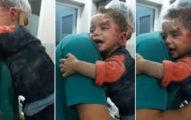 這名滿身鮮血的男孩「緊抓護士的衣服不敢放手」,許多人看完影片都心碎哭喊:「別再戰爭了!」