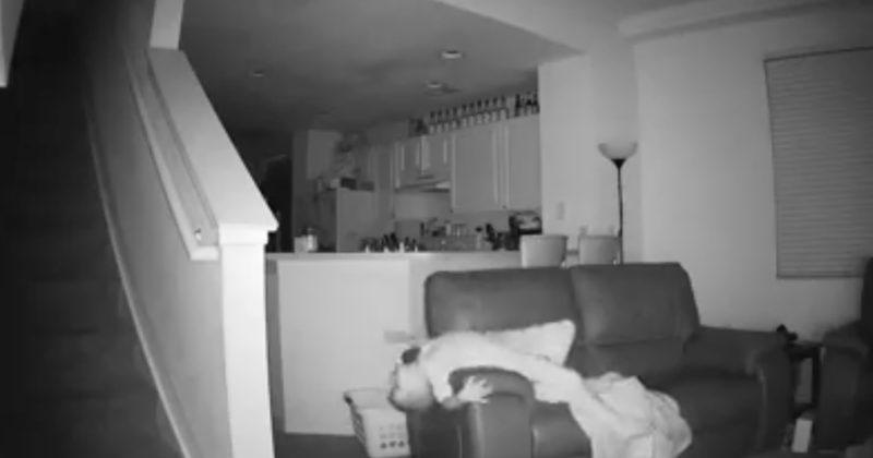 家中監視器壞掉後他們就去查看拍下影片,結果看到半夜小男生整個「鬼上身」!