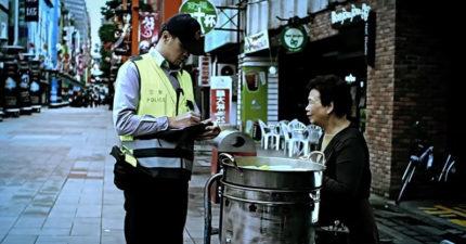 員警對賣玉米老奶奶開罰單「事後卻自掏腰包幫忙繳」,原本很催淚最後卻讓網友說「你讓我硬了」!