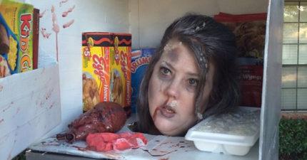 媽媽扮成冰箱裡的「冷凍死人頭」已經嚇死上萬人,冰箱門關起來讓我笑噴了!