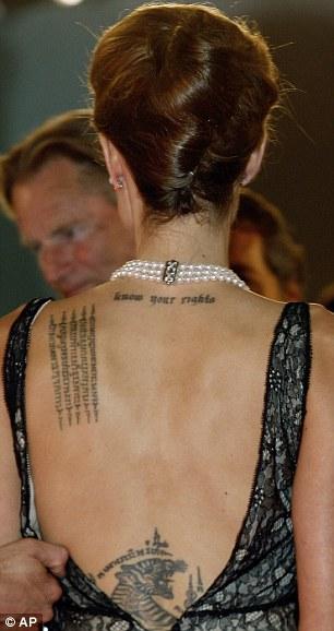 「魅惑女巫」卡拉迪樂芬妮又有新刺青在背上了!會讓你無法看著「她」的眼睛!