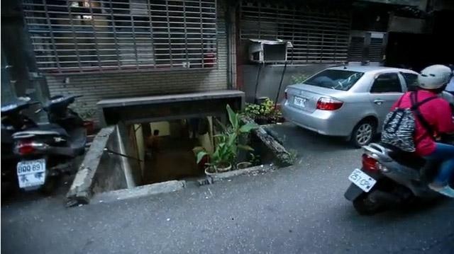 陽光照不進的「台版地下城市」竟位於台北內湖。住在裡面的長者心酸:「就是沒地方才來這邊住...」