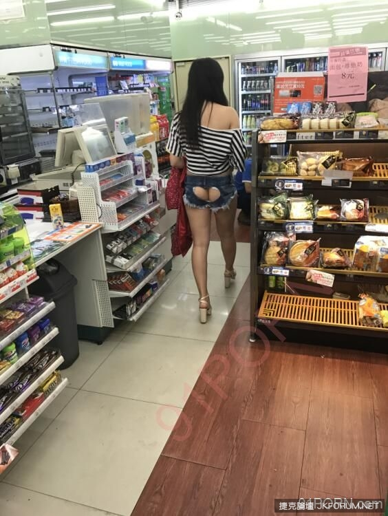 網友驚見這名女子穿「後空愛心褲」在逛超商,轉身衣服撩起大家的鼻血噴光...