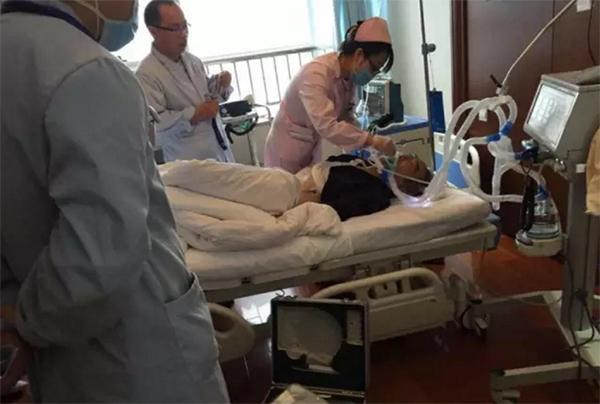 70歲老先生經過6小時搶救後,醒來第一件事情就是「寫5個字」讓護士爆淚...