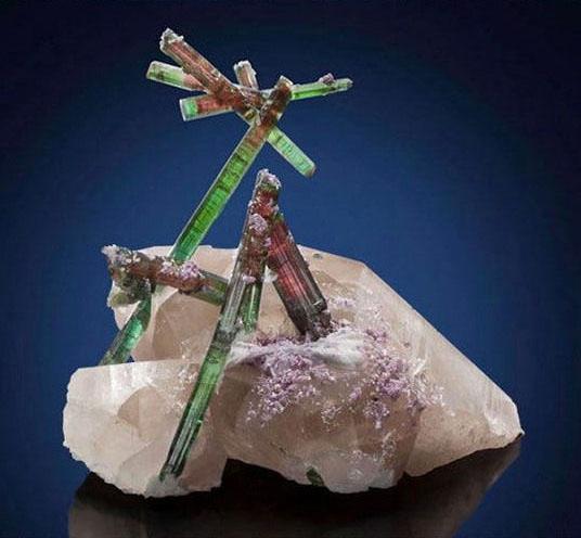 21顆比鑽石還耀眼100倍的「地球之寶石」 紫金洞比人越高就越貴!