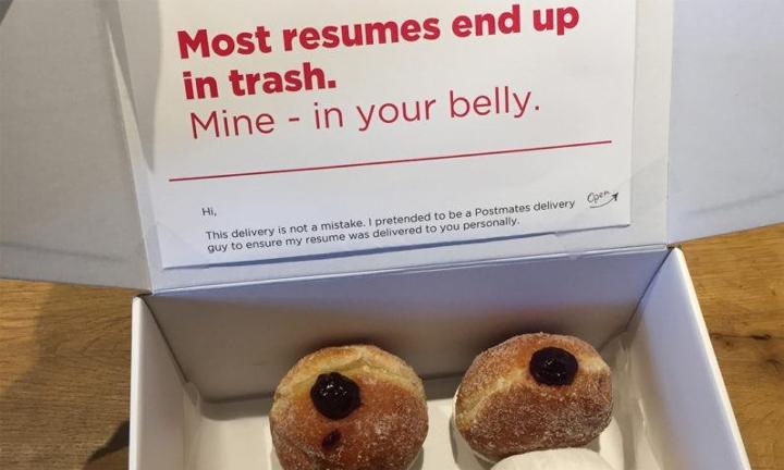 他喬裝成快遞並送出「別人的會進到垃圾桶,我的只會進到你肚裡」最強履歷表,隔天得到10個面試機會!