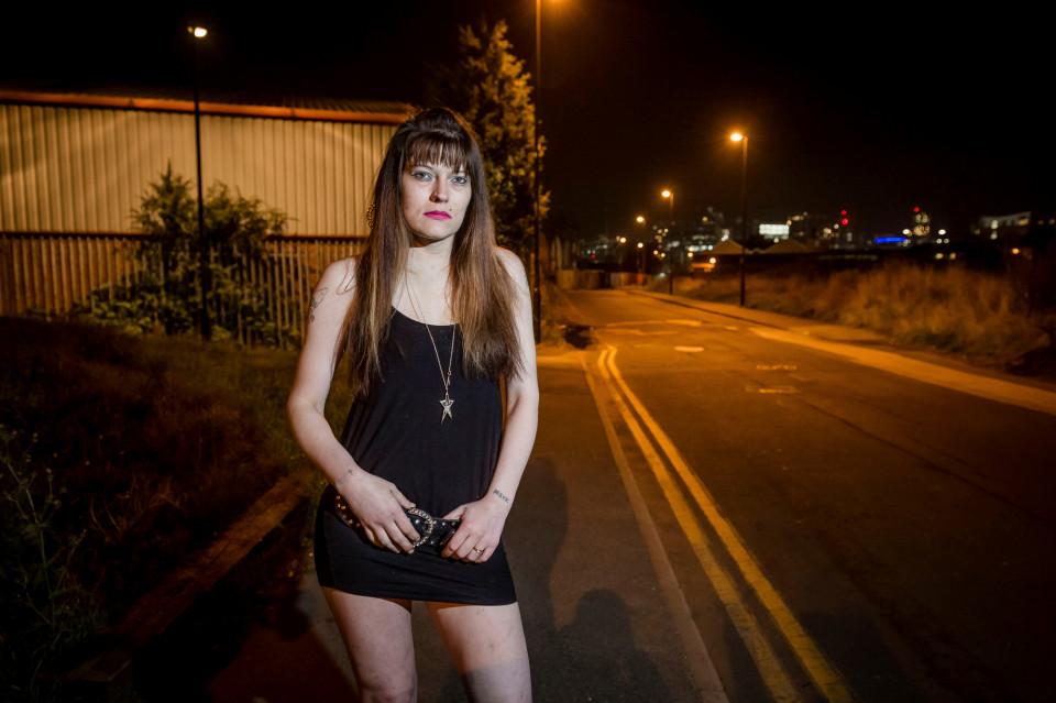 直擊英國「第一個合法紅燈區」性工作者辛酸日常,她覺得自己太髒「含淚用漂白水洗澡」...
