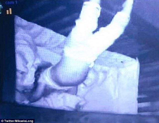 保母半夜發現女嬰出現「怪異程度超越《鬼影實錄》」睡覺姿勢,嚇得PO文求助「該聯絡爸媽還是驅魔師」!
