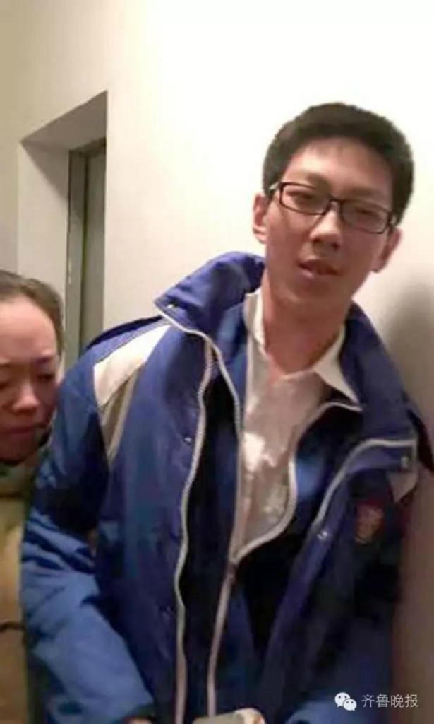 國三生困在電梯5小時 消防員緊張開門發現「他超淡定把作業全寫完了」