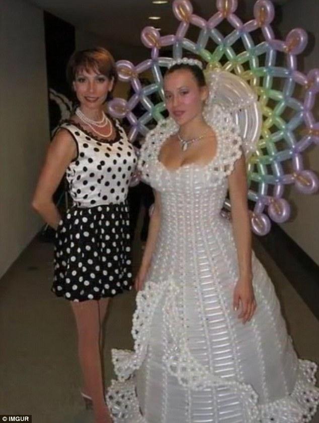 16張可能會害新娘結不了婚的「爆炸奇葩婚紗」照片!#1已經大到裝不下了吧?