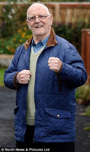 21歲搶匪想搶看起來軟弱的85歲老爺爺,殊不知老爺爺其實是當年的專業拳擊選手。最後只拿走報紙。