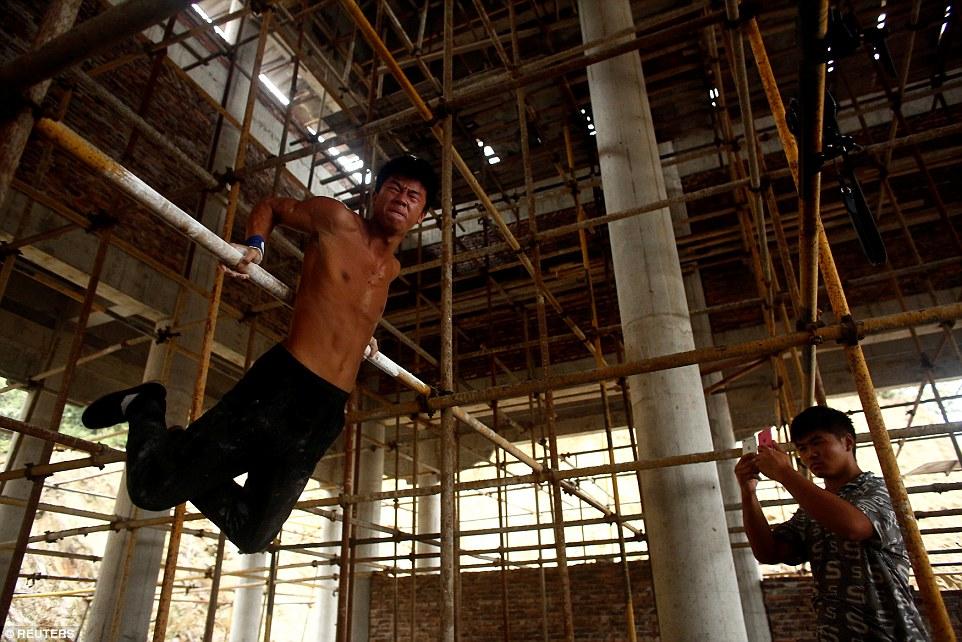 搬磚小子「把工地當健身房」超高難度翻滾跳耀「變成完美天菜」,新健身影片一曝光連健身教練都甘拜下風了!