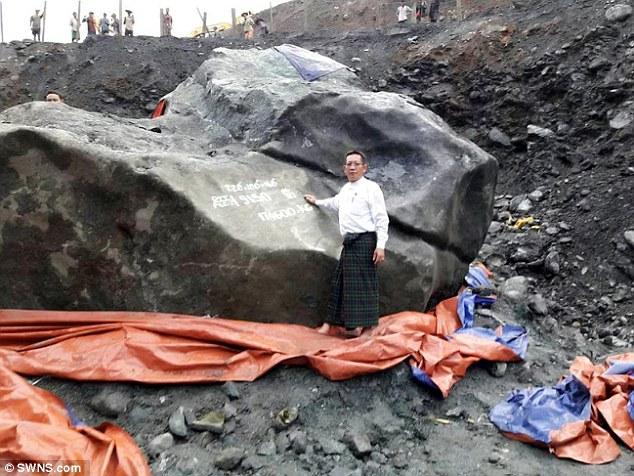 緬甸礦工意外挖到「跟房子一樣大」的巨大翡翠估價約50億,銷到中國的價格更是到瘋狂程度!