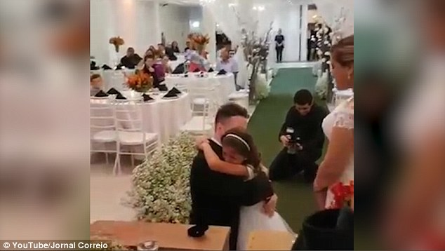 37歲男子跪下來跟6歲小女孩求「一生一世」,她爆哭的同時來賓都一起掉淚了!