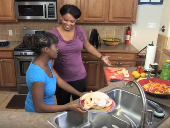 許多人料理雞肉前都會「先用水沖洗」但這麼做會讓你後悔!大學研究員立刻出面說明正確方法。