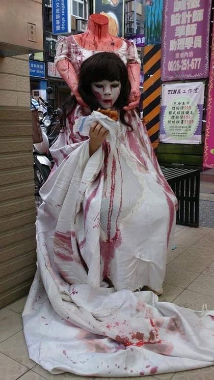創意媽媽製作驚嚇度爆表的「殺人魔捧頭」裝,嚇壞其他小夥伴們!