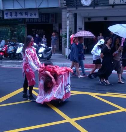 萬聖節比賽中最為亮眼的裝扮「血淋淋人肉餐車」,網友翻出他去年裝扮照片「比今年還猛!」