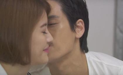 網友爆料男演員在拍戲時,劇本裡只要求親一次,但忍不住「加戲多親了5次」?!