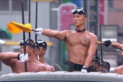 雙十節海軍陸戰隊最高顏值猛男遊行,網友們陷入瘋狂說「好想跟他們生小孩喔!」