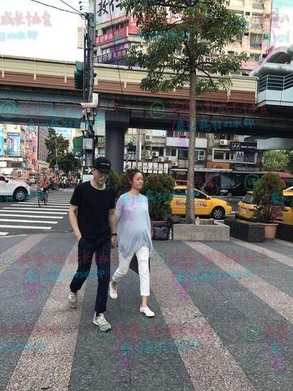 林心如與霍建華在台北東區首次被拍到「6個月大肚子」素顏正面照!