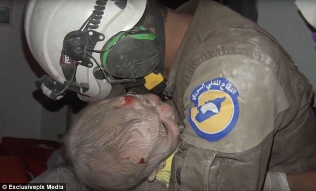 敘利亞救難員挖出「遭瓦堆活埋2小時女嬰」瞬間發抖大哭不肯放開,BBC主播也忍不住落淚...(影片)