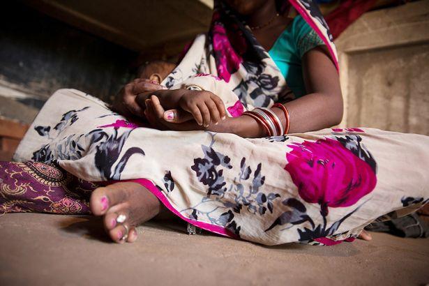 她半夜驚醒發現11個月大女兒被偷抱走,樹叢裡發現「女嬰慘遭強暴2小時」狀況令人心碎...(非趣味)
