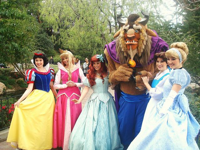 20個迪士尼前員工揭露的「遊客逛100次也看不到」背後真相。小孩子迷路時其實都是大人迷路了!