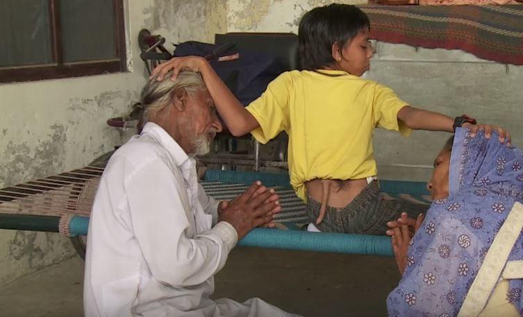 印度男孩一邁入青春期「就長出20cm尾巴變成貓」,切掉手術畫面太恐怖!