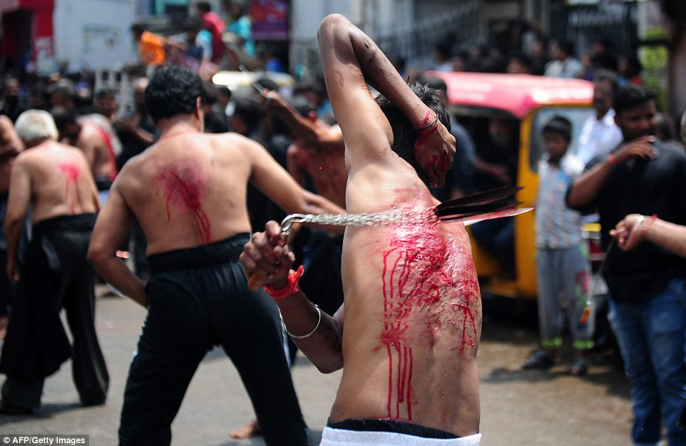為了信仰,他們「用刀子割開小孩額頭」,男子還把眼珠挖出來!