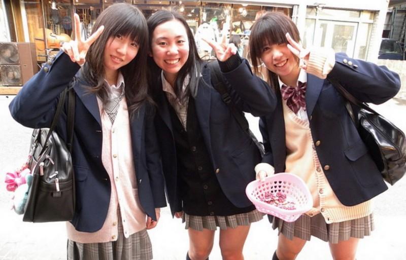 日本中學規定學生「只能穿白色內衣褲」上學,網友諷刺表示:「這樣書會讀得更好?」