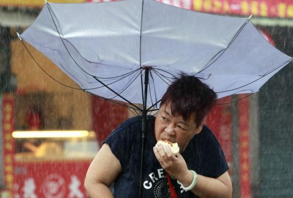 颱風天吃包子的婦人一夜全球爆紅,爆出當天吃的包子原來是「這一家」的!