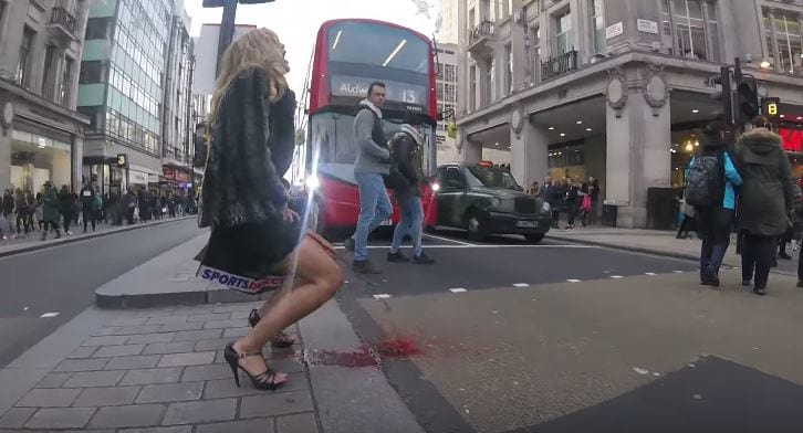 女子到處詢問有沒有「高級衛生棉條」,結果她就開始狂噴月經血了...