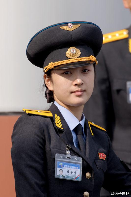 印象中北韓女生都比較「村姑」,有人拍下了舉辦航空特技秀的「北韓純天然極品美女」推翻這看法!