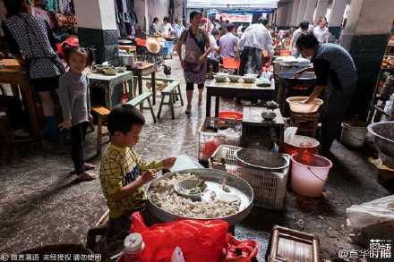 爸爸媽媽到外地工作8歲小弟弟自己每天包上萬顆餛飩,這樣才可以照顧6歲妹妹!