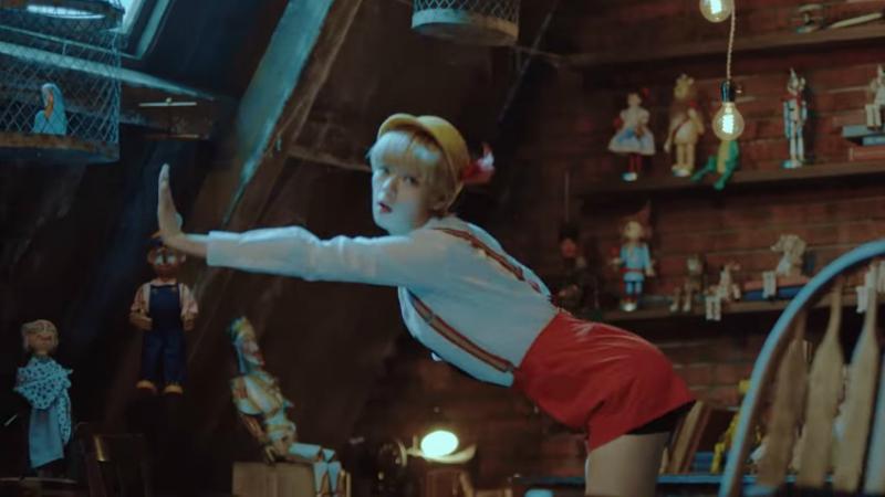 TWICE新MV《TT》被網友罵說「太色情」性暗示太嚴重,網友:「TT真的太色了」。