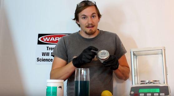 瘋狂科學家不怕死喝下「致命劇毒氰化鈉」,喝完身體開始顫抖...(影片)