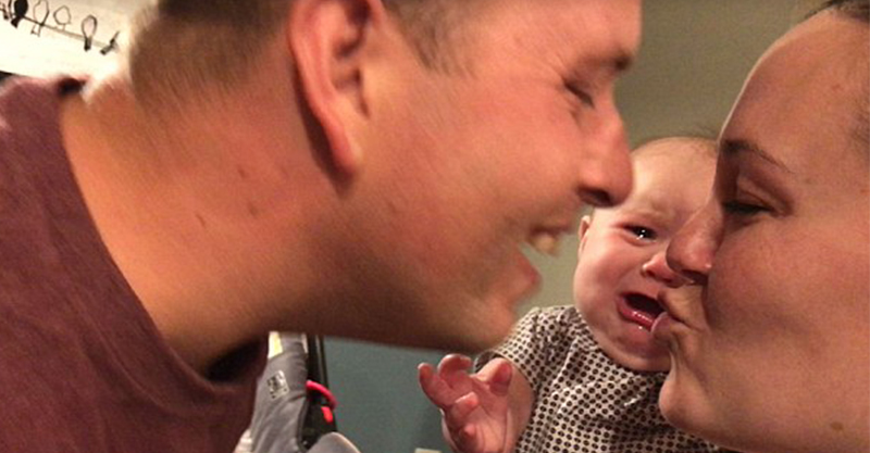 吃醋小嬰兒一看到爸媽親親 馬上擺出「哀怨表情」崩潰大哭!