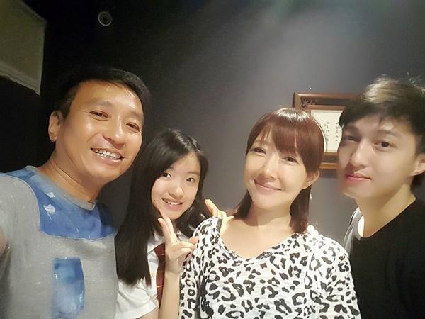 王中平彈琴13歲女兒深情唱「范瑋琪歌曲《最親愛的你》」,好聽到網友們心都蒸發了!