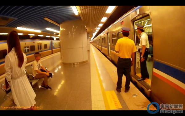 男子被抓到在火車上偷摸短裙女子大腿,嫌犯逃不掉就褲檔濕了...
