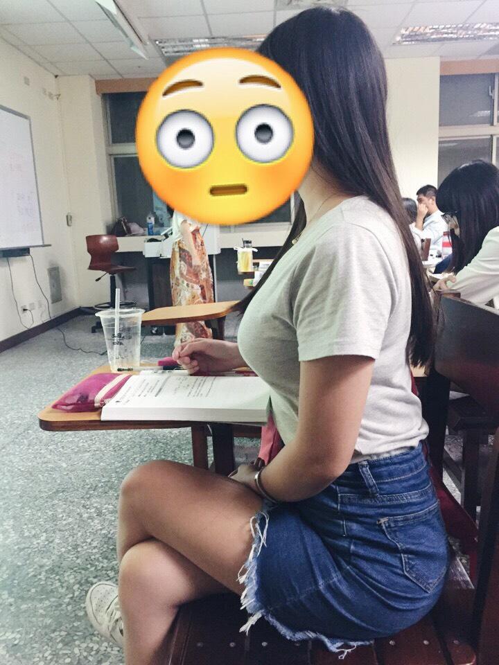 她分享隔壁女同學超霸氣曲線照,說「上課眼睛該看哪」讓網友們鼻血差點噴光...