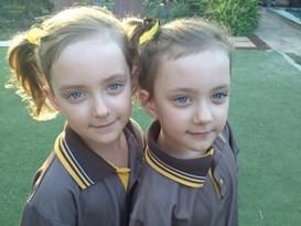 這對雙胞胎出生時「兩人的臍帶緊緊著」醫生都不建議凱特公布喜訊,現在她們8歲甜美蘿莉的樣子絕對萌死你!