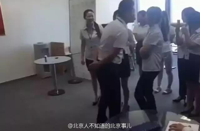 女員工被規定每天早上都要輪流「跟老闆親嘴」,影片讓網友發現:「這是在挑後宮!」