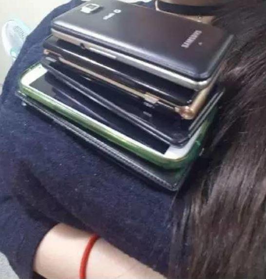 「南半球夾筆挑戰」後出現了「手機當書架大挑戰」,#13狂到女生要鼻血了!(15張)
