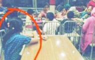 這傭人被逼獨自坐在另一桌「看」主人家庭用餐的照片,給大家上了一堂震撼教育...