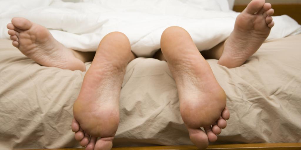 因為有不好的經驗她問說「該先交往還是先上床?」,網友說:「外國人太隨便了」。