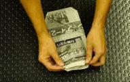 天才網友將舊報紙「摺一摺」後,超省錢以後不用買便宜拖鞋了!